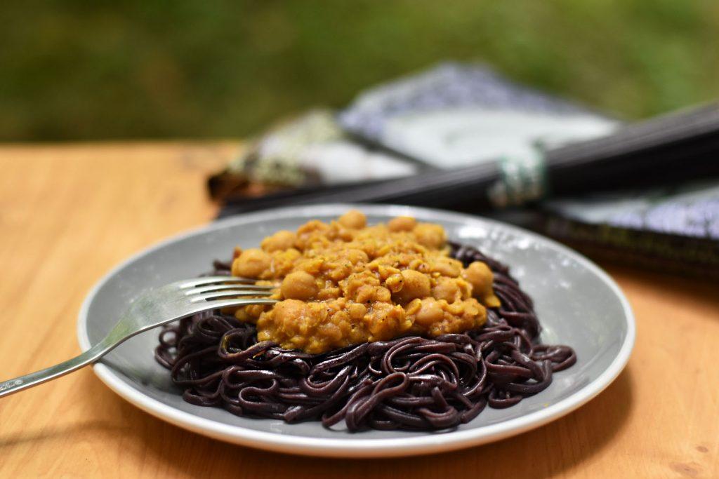 Curry z rdečo lečo in čičeriko s testeninami iz črnega riža